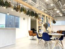 吹き抜けの天井と広い待合いスペースに開放感溢れる店内です☆