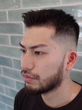 黒髪短髪刈り上げフェードアップバングアイロンパーマ