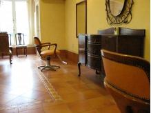 アンティーク家具がオシャレな空間を演出するプライベートサロン