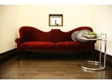 海外から取り寄せた、こだわりの赤いソファー。