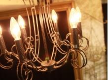シャンデリアがキラリと光る数々のアンティーク品…。【東中野】