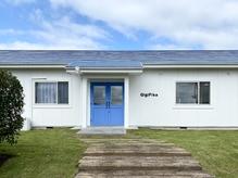 緑の芝生と枕木の階段に青い屋根と青いドアが目印です◎