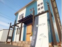 青い外壁が目印です♪お店前に駐車場完備で遠方からも通いやすい