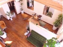天井が高い吹き抜けの店内。温かな日差しが差し込む穏やかな空間