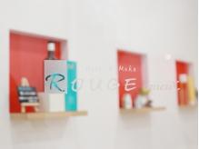 壁が白地に赤がポイント可愛く清潔感のある内装☆季節で変化あり