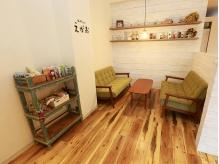 お客様がいつも主役になれる場所―…白を基調とした広々空間で、ゆったりとしたひとときをお過ごし下さい。