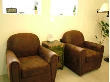 アンティークなソファーが暖かさを醸し出す待合いスペース