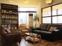 ゆったりとしたソファーが配された待合は日差しの気持ち良い空間