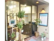 HAWAII風の明るい入口に緑がいっぱい!!青い看板が目印☆