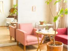 ピンクのソファでゆったりくつろいでください♪