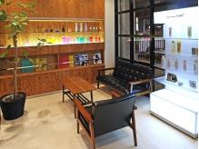 【東久留米駅東口/徒歩1分】店内は静かで落ち着いた、上質空間が広がるHair Make CUBE+。