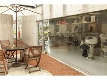 中庭にはリラックスできる喫煙スペースも完備。