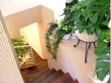 可愛い階段を降りていくと地下1階にもブースがあります。