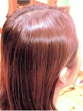 髪と頭皮に優しい、漢方で染める白髪染め。11種のハーブと7種の花の色素のみで染める『漢方カラー』新導入