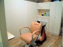 壁で区切られた個室CUT席。シャンプーもこの席のまま受けられる!
