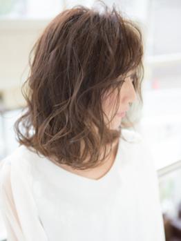ダメージ具合を見極め、髪への負担を極力抑えた薬剤を選択♪