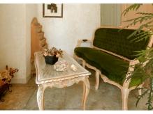 アンティーク家具に囲まれた暖かい空間です。
