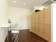 清潔感のある待合室。