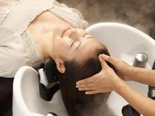 炭酸水×オーガニッククリームの極上ヘッドスパ。頭皮を健やかにし、ツルツルで指通りの良い美髪へ。