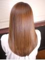 毛髪診断により、今までの縮毛矯正履歴やダメージレベル・クセ具合などをしっかりチェックした上で、施術。毎日縮毛矯正を施術しているプロだからこそのアイロンテクニックでスピーディーなのもうれしい。