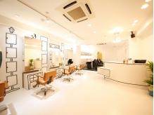 白を基調とした清潔感溢れる店内はアットホームな雰囲気が漂う。