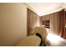 シックな内装で居心地の良い空間は幅広い層のお客様に好評です!