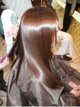 髪の広がり、うねりが気になるあなたにオススメ。Rのナチュラルストレートで自然なストレートスタイルを♪