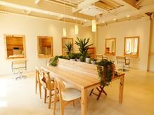 天然木のテーブルと緑の癒しの空間は日頃忙しさを忘れるほどです
