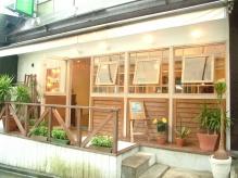 原宿駅から徒歩1分。裏通りに入ってすぐの路面店です♪