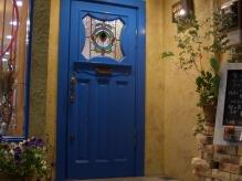 この青い扉が目印。手作り感のあふれるあったかいサロンです。