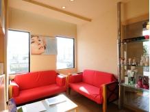 赤いソファが印象的な待合いスペース♪