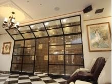 美術館をイメージした店内は、開放的な空間を演出しています♪