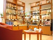 mewe橋本ファッションビル1Fに店舗有 AVEDAショップ店舗内に併設