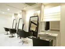 1Fは白を基調とした空間でカーテンを閉めると半個室空間に!