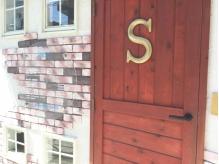 赤いドアがお店の目印♪