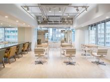 AFLOAT D'L 白を基調とした店内は開放的なサロンです。