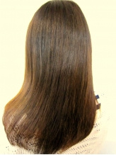 くせ毛で悩まれている貴女へ。b-fourの縮毛矯正は薬剤にこだわり、思わず触れたくなる柔らかな手触りの髪へ