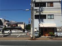 駐車場はお店の隣の1番です。キルルのブロックが目印!