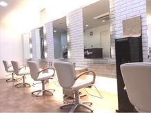 1Fは白を基調とした、明るく清潔感溢れる店内。