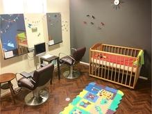 子育てママやご家族で利用できる2階の個室キッズスペースあり!