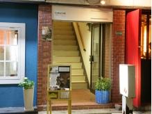 PUNKATURE-パンカチュア-入口。ビルの2F黄色の看板が目印です☆