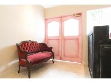 ピンクの扉とアンティークのソファ、相性◎ 【Camellia三鷹】