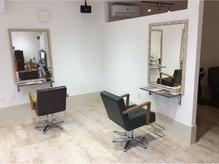白を基調とした開放的な明るい店内に3席だけの広々空間!