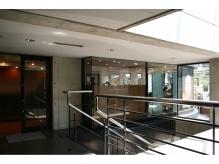 北沢郵便局向いのビル、ルミナス24の2階にあります