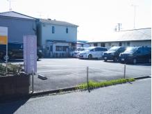 店舗前もしくは、お店の裏にあるこちらの駐車場をご利用ください