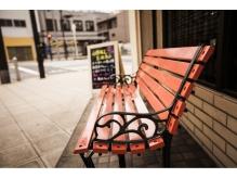 みなと通り沿い。目印はAntenna の赤いテントとピンクのベンチ☆