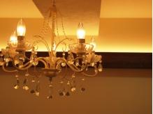 アンティークのシャンデリアが灯る可愛い店内♪