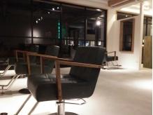 白×黒を基調としたオシャレな空間で過ごす特別な時間♪広々とした店内で落ち着いて施術が受けられる◎