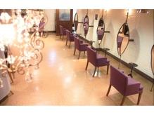 ビルの二階で、紫を基調とした店内です。