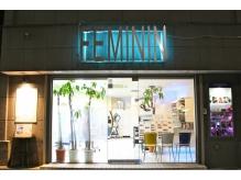 夜のフェミニンの入口です。右手の写真ボックスは一見の価値あり